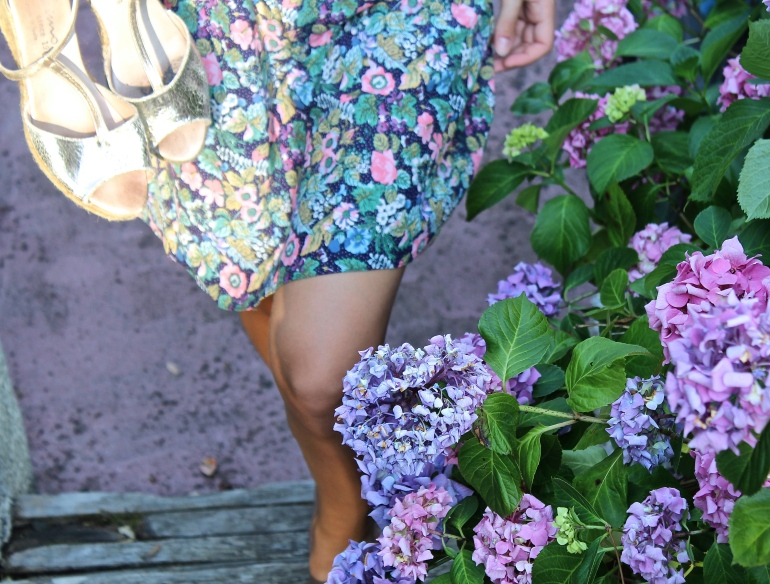 robe fleurie et espadrilles