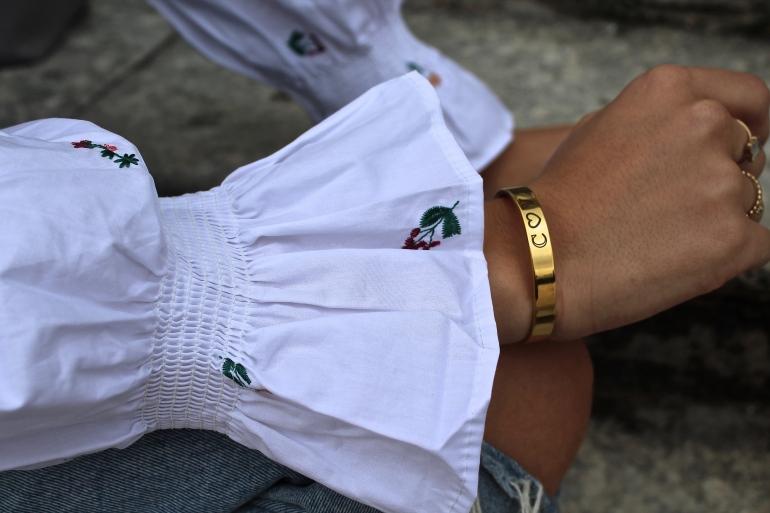 blouse blanche a fleurs et bijoux