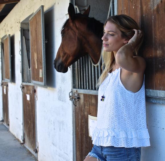 Short en Jean, espadrilles et poneyclub