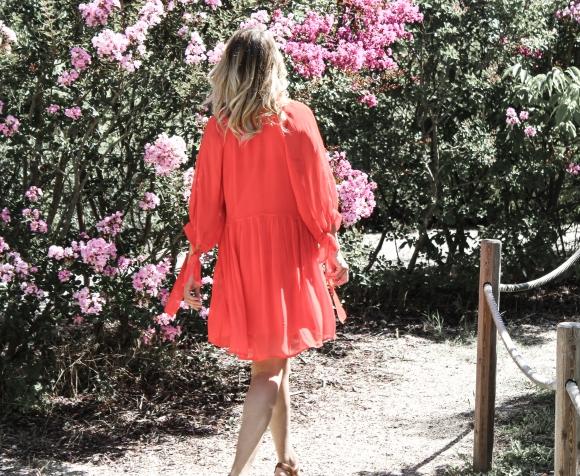 Robe rouge à volants et veste militairebrodée