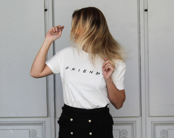 T-shirt friends et short jupe Zara